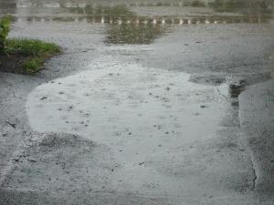Oavsett om man har paraply och regnkappa så blir man blöt om fötterna om man går i ett par Crocs.